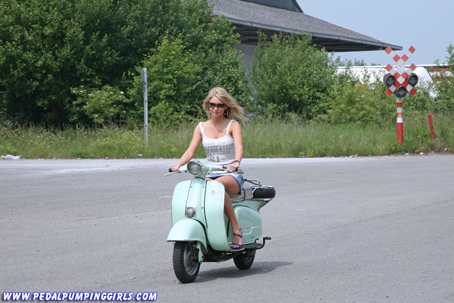 blonde girl cranking a scooter z ndapp r50. Black Bedroom Furniture Sets. Home Design Ideas